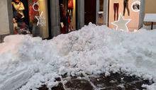 La neve ostruisce l'ingresso ai negozi