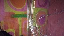 Una delle vetrate rinvenute rotte durante i controlli.