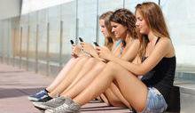 giovani al cellulare