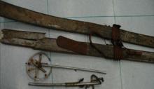 Gli sci e i bastoncini ritrovati assieme ai resti umani.