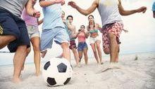 adolescenti giocano a palla in spiaggia, giovani