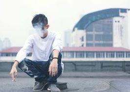 adolescente annoiato che fuma