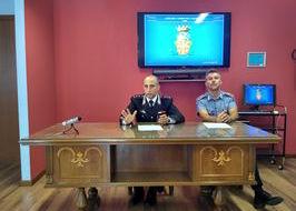 Il capitano D'Angelo e il maresciallo maggiore Punzo in conferenza stampa.