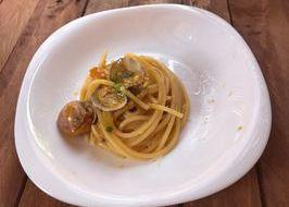 Spaghettoni con pomodorini gialli, vongole e scorza di limone