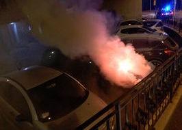 L'auto in fiamme (Foto di Davide Addario - Facebook).