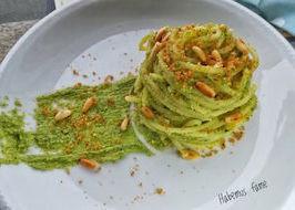 Spaghetti con pesto di broccoli e pinoli, con pangrattato tostato