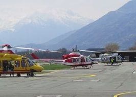 Gli elicotteri di Protezione civile, Vigili del fuoco e Guardia di finanza hanno fatto la spola tra Aosta e Chamolé.