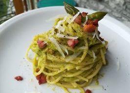 Spaghetti con asparagi, pancetta e pecorino