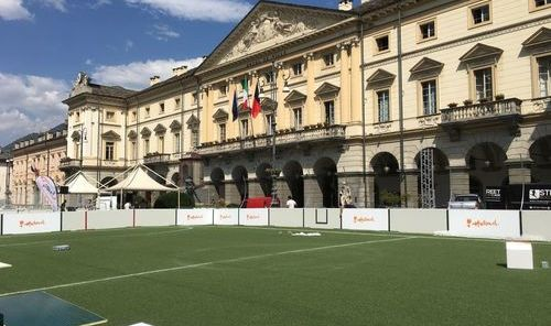 I campi in allestimento in Piazza Chanoux