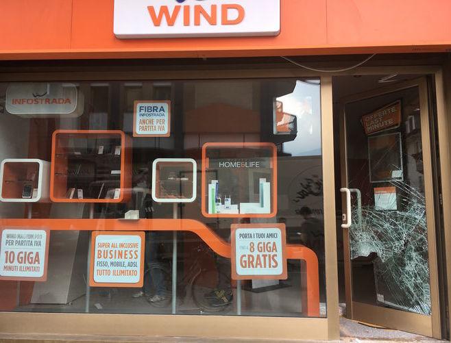 Furto con spaccata al negozio Wind