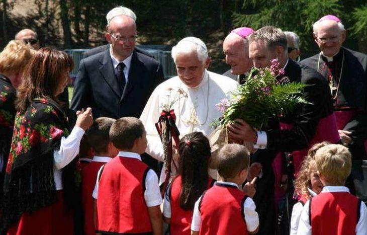 Papa Benedetto XVI davanti ai bambini delle scuole materne di Introd