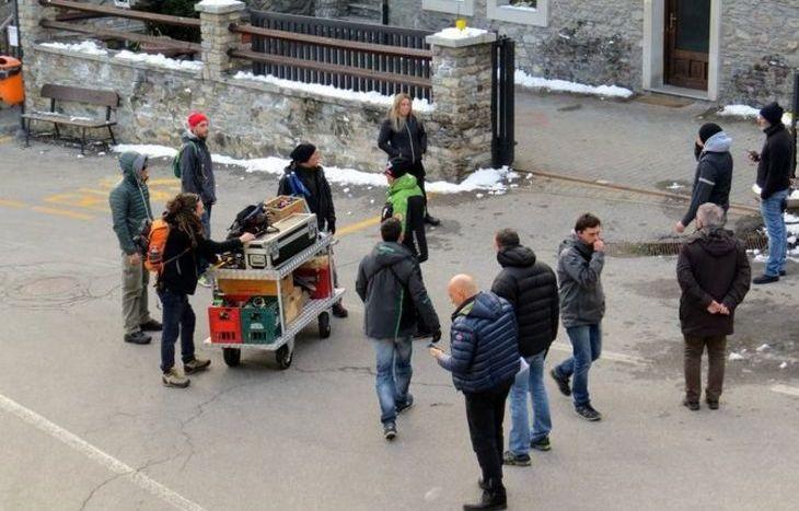 I tecnici di scena preparano il materiale per le riprese.