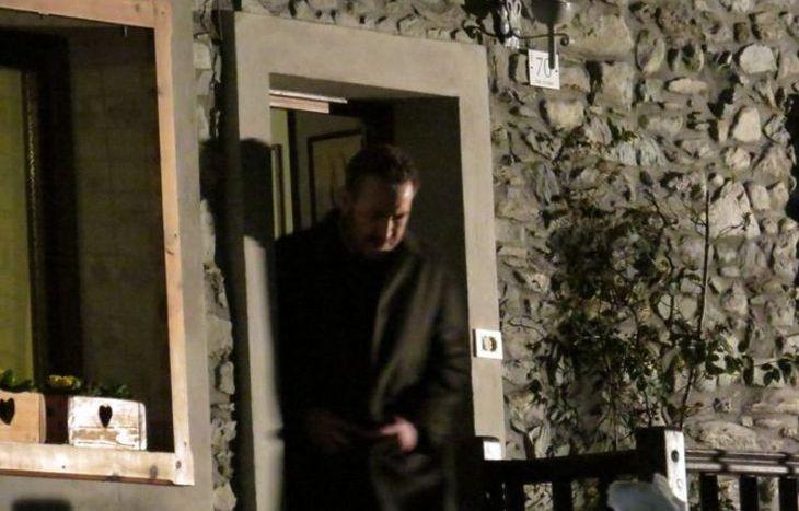 Il vice questore Schiavone esce dalla casa di Chevax.