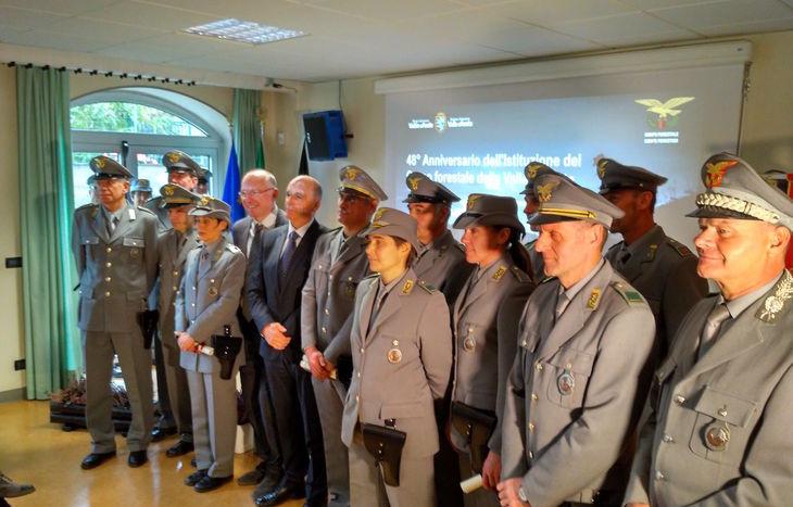 Autorità e personale premiato posano al termine della cerimonia.