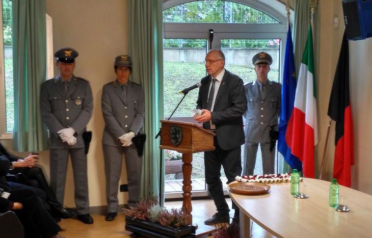 L'assessore Renzo Testolin interviene alla cerimonia del Corpo Forestale Valdostano.