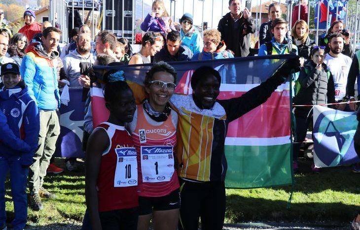 Catherine Bertone con le atlete keniote