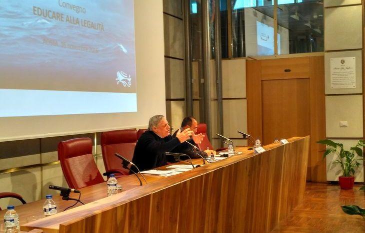 Don Luigi Ciotti parla a palazzo regionale.