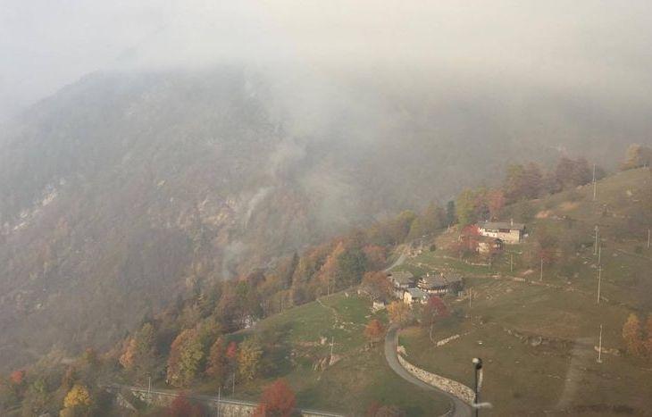 Il fumo sprigionato dal rogo a Farettaz di Fontainemore.