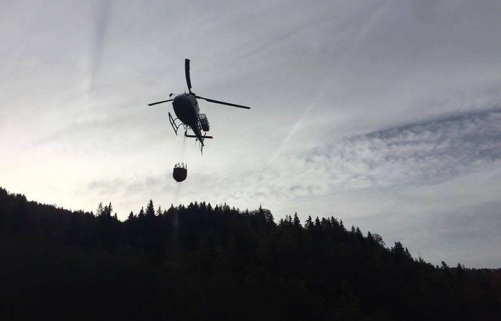 L'elicottero SA3 interviene nel rogo a Farettaz di Fontainemore.