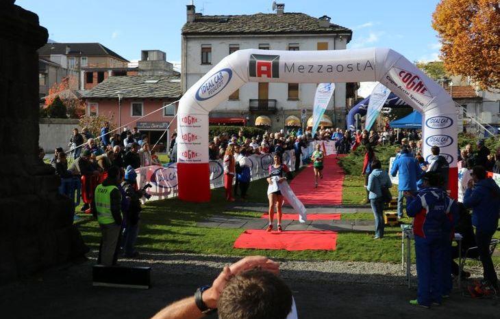 L'arrivo di Elisa Cova, vincitrice della 10 km alla MezzAosta