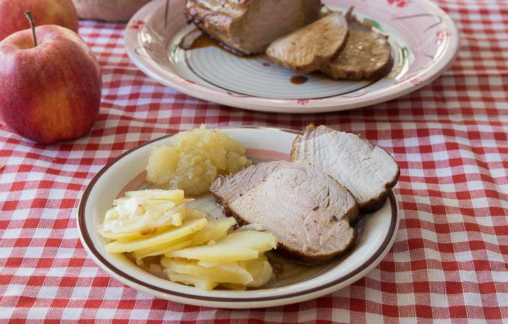 Arrosto di maiale con composta di mele al cumino e patate
