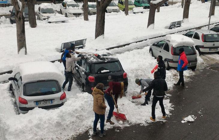 I giovani nigeriani spalano la neve