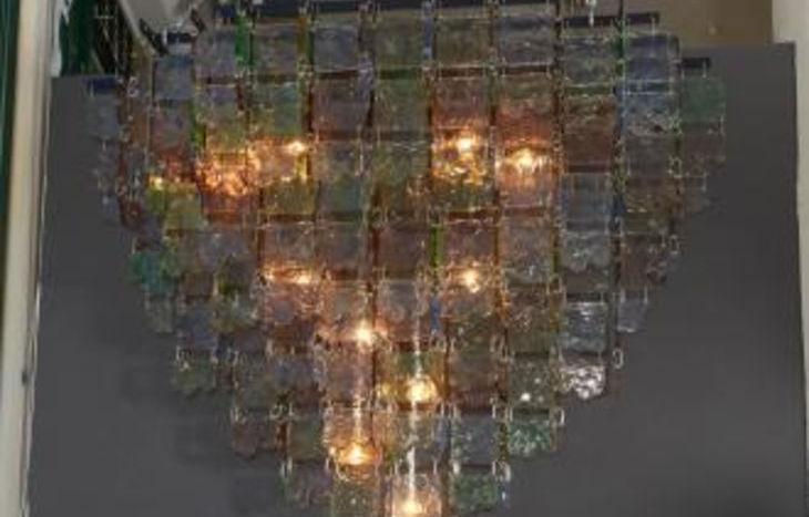 Uno dei lampadari in vendita sul sito d'aste di New York