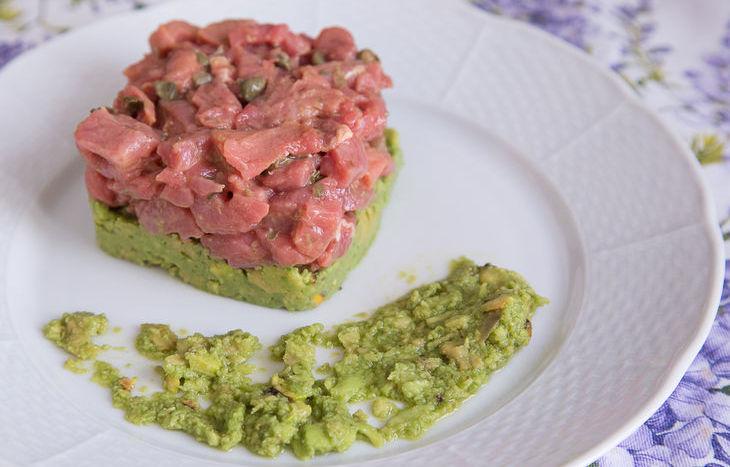 Tartare di manzo con crema di avocado e pistacchio di Bronte