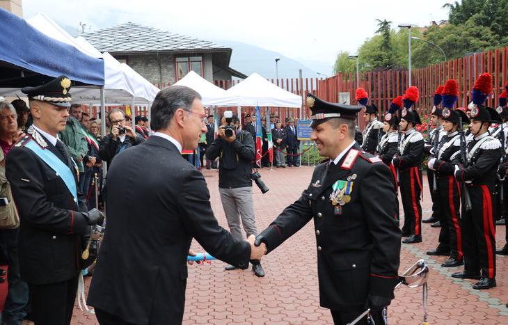 La consegna di elogi ai militari che si sono distinti in servizio.