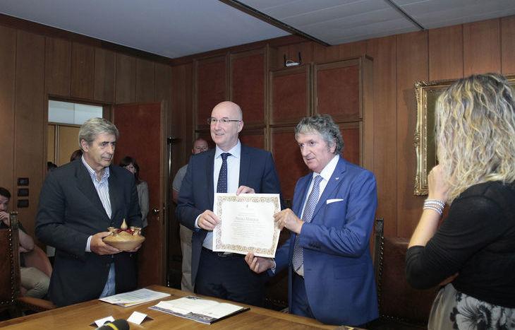La consegna dei 93mila euro raccolti al Sindaco di Tolentino