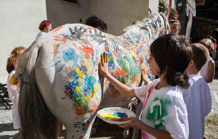 Pittura su cavalli a Morgex
