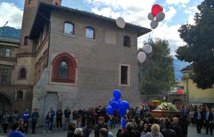 Il volo dei palloncini in cielo al funerale di Davide Martorana.