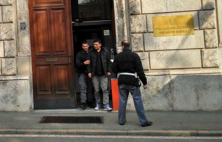 Same Koshane lascia il Tribunale per il carcere.