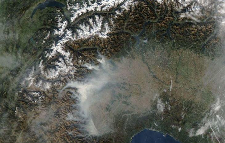Un'immagine satellitare dei fumi degli incendi piemontesi (ARPA Piemonte).