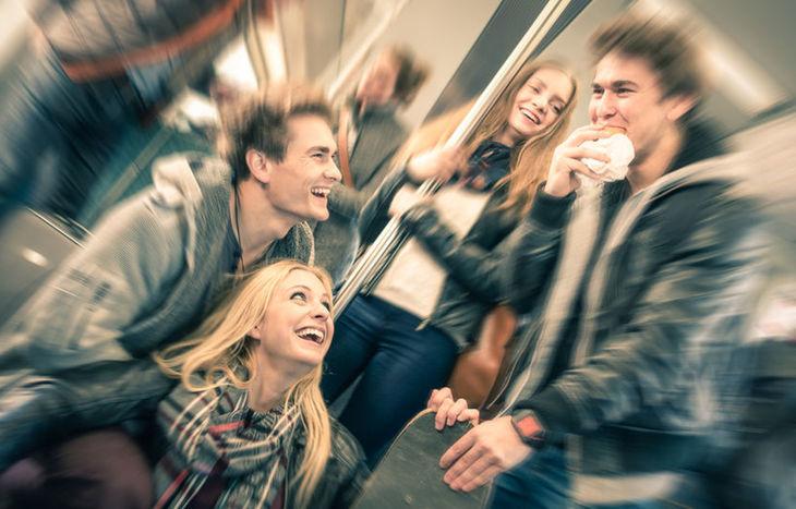 Giovani sul treno (foto d'archivio)