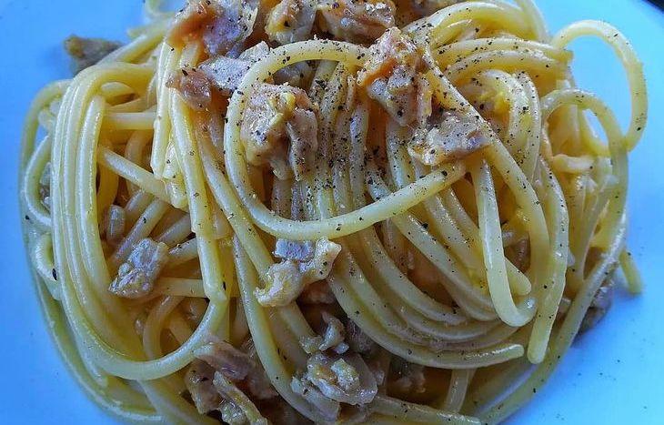 Spaghetti con uova e tonno affumicato