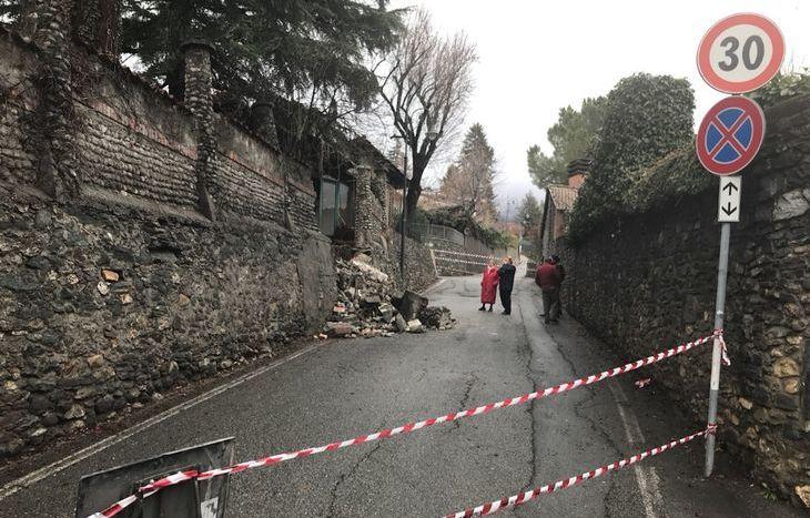 Il muro caduto in via Edelweiss.