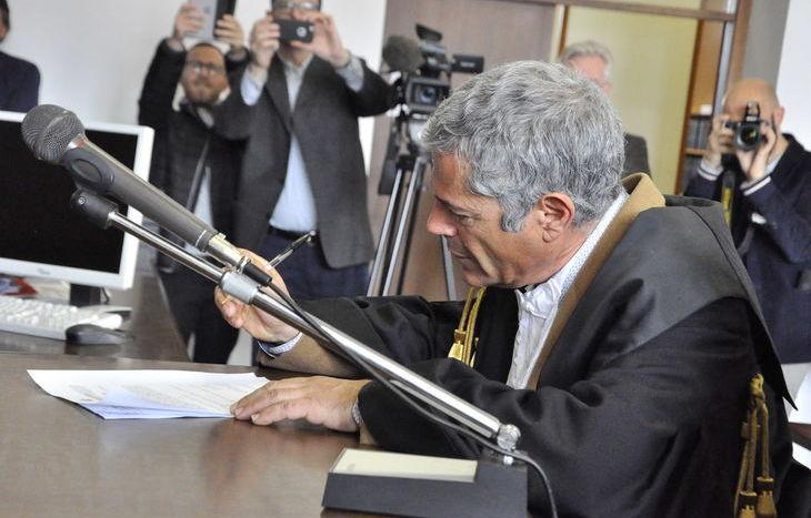 Il presidente Gramola firma il provvedimento.