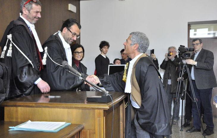 Il presidente Gramola congratulato dai colleghi al termine della cerimonia.