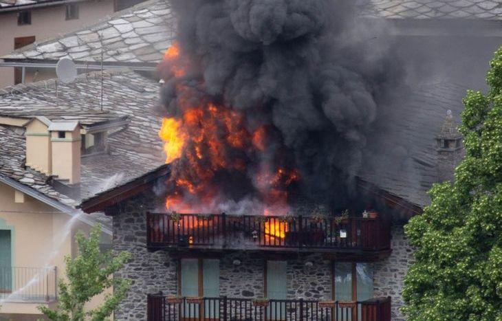 L'incendio scoppiato a Morgex (foto di Filippo Salmè).
