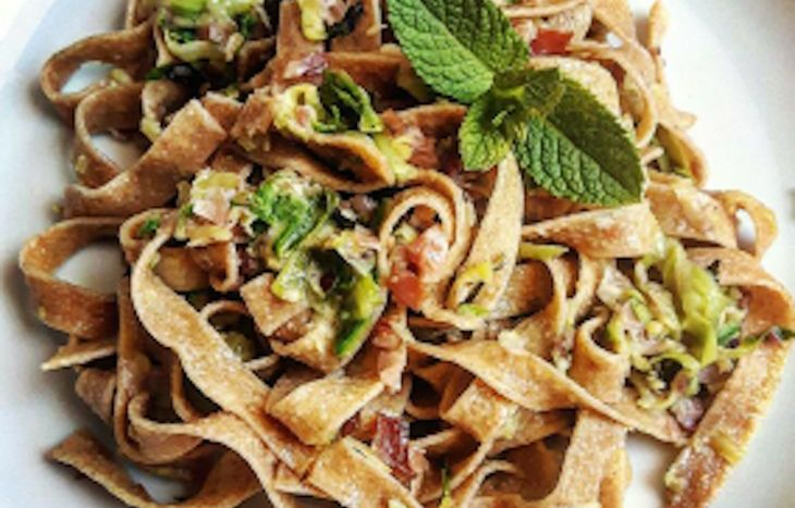 Tagliatelle al farro con zucchine, speck, menta e pecorino