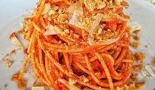 Spaghetti con pesto di pomodori secchi, pecorino e tarallo sbriciolato