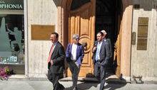 I legali dei presentatori del reclamo lasciano la Corte dei conti dopo l'udienza.