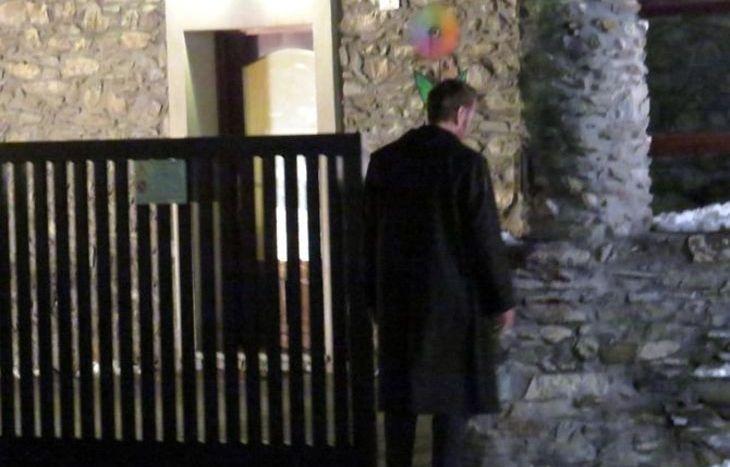 Il vice questore Schiavone suona alla casa di Chevax.