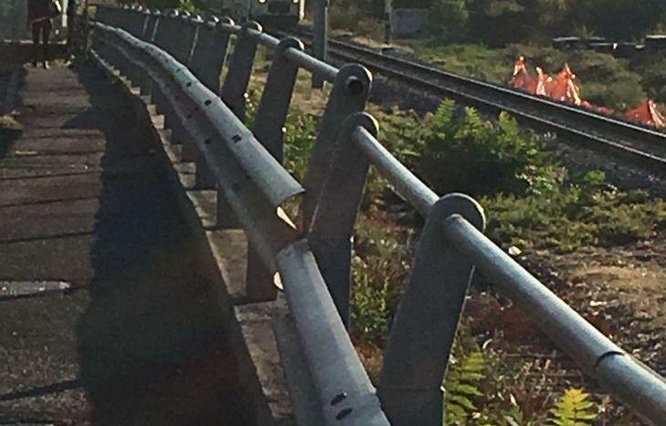 Il treno fermo a poca distanza dal TIR bloccato.