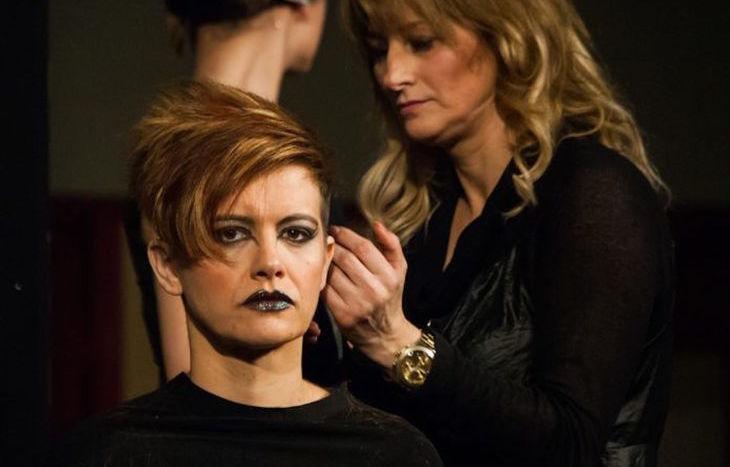 Una parrucchiera al lavoro
