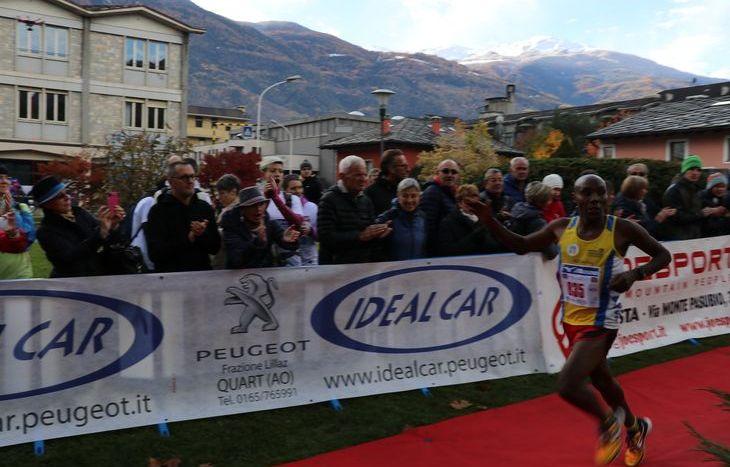L'arrivo di Erastus Kipkorir Chirchir, vincitore della 10 km alla MezzAosta