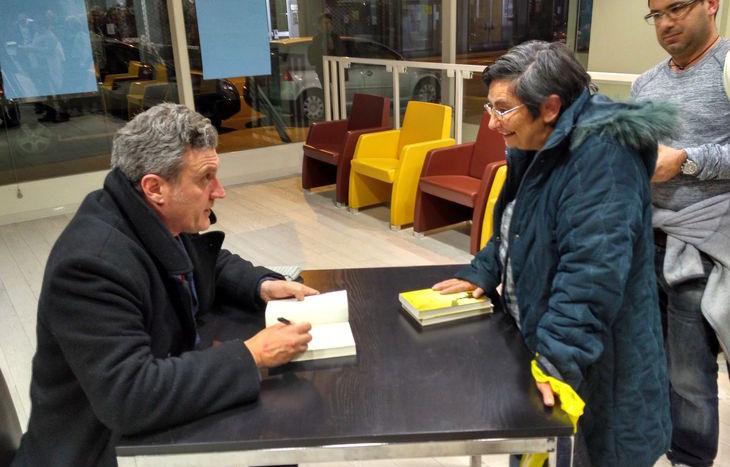 Antonio Manzini firma autografi al termine della serata