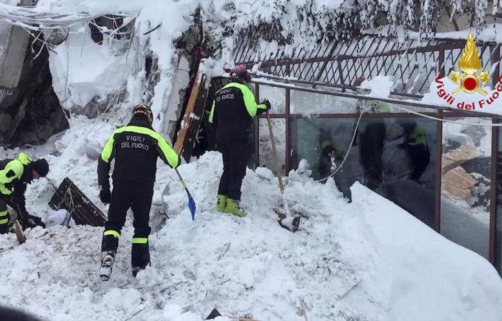 I soccorritori in azione all'hotel Rigopiano, a Farindola.