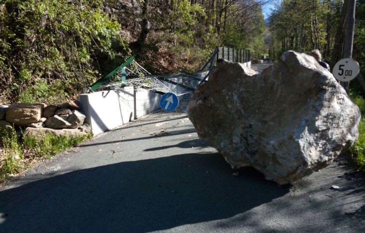 Il masso caduto sulla strada a Lillianes.